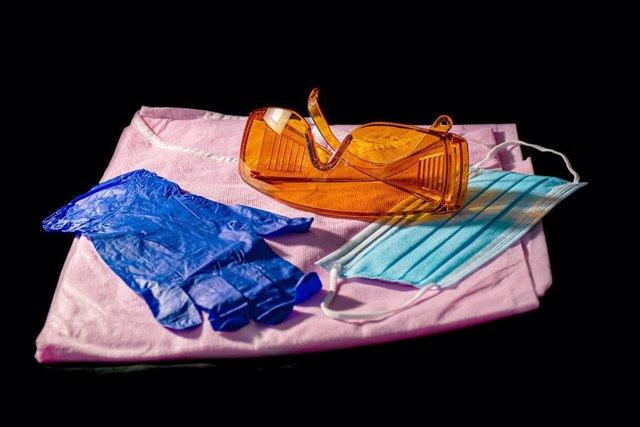 Mascarilla y guantes
