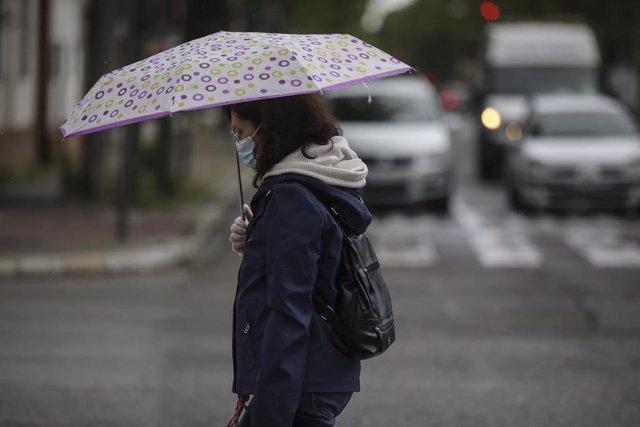 Una mujer protegida con mascarilla camina por la calle, durante el día 38 del estado de alarma en el país por la crisis del coronavirus. En Sevilla (Andalucía, España), a 21 de abril de 2020.