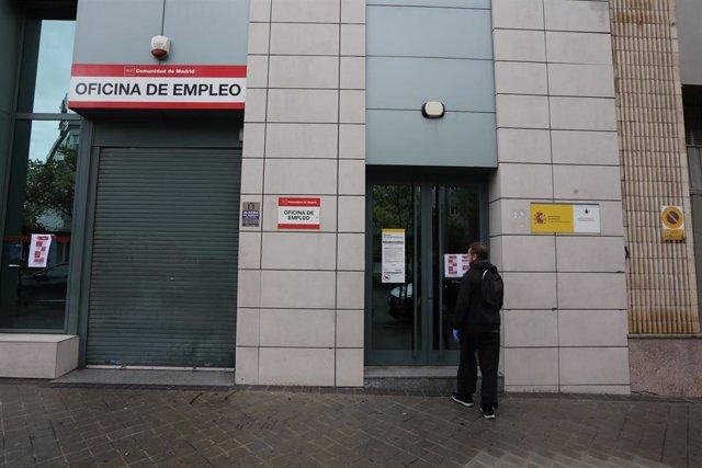 Un hombre en la puerta de una Oficina de Empleo