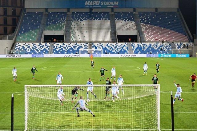 Fútbol.- El ministro de deportes de Italia pospone la decisión de retomar la tem