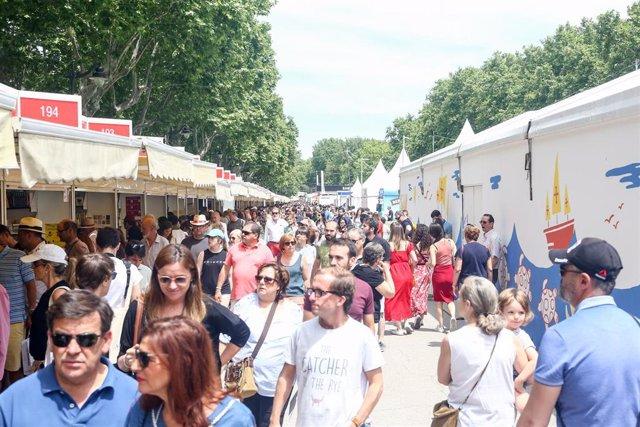 Visitantes paseando por la Feria del Libro de Madrid de 2019