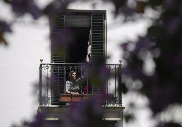 Una dona en la seva balconada durant el dia 39 en l'estat d'alarma al país per la crisi del coronavirus. A Sevilla (Andalusia, Espanya), a 22 d'abril de 2020.