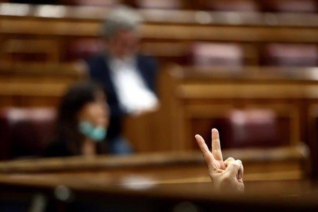 Un diputado marca votación en el Pleno del Congreso