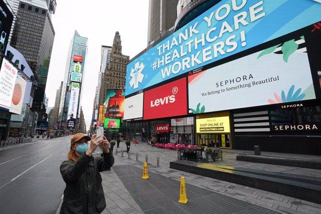 Una mujer con mascarilla en Times Square, en Nueva York