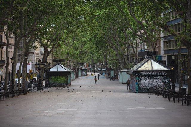 La Rambla de Barcelona amanece vacía un día marcado por la festividad de Sant Jordi. En Barcelona, Cataluña, (España), a 23 de abril de 2020.