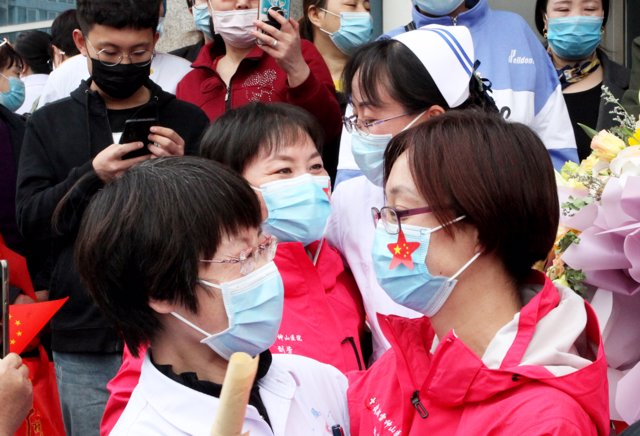 15 April 2020, China, Zhangjiakou: People receive five members of a medical team operating at the hospital of Hebei North University. Photo: Chenxxiandong/SIPA Asia via ZUMA Wire/dpa
