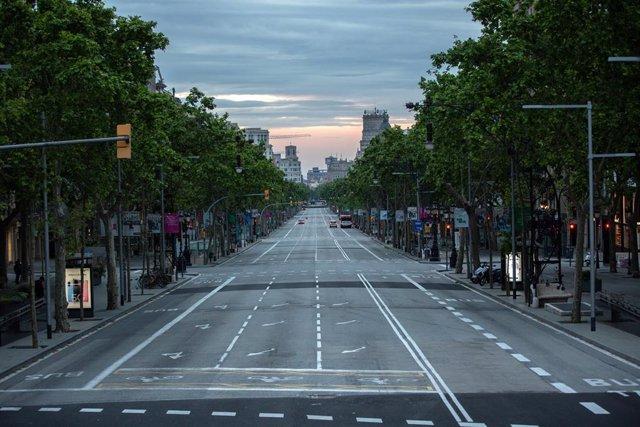El Passeig de Gràcia de Barcelona clareja buit un dia marcat per la festivitat de Sant Jordi, que a diferència d'altres anys, aquest no es pot celebrar amb normalitat a causa de la crisi del Covid-19 i al confinament al que es veuen sotmesos els espanyols