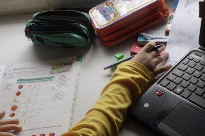 Un 77% de docentes amplía su horario laboral hasta dos horas más al día en la enseñanza online, según FSIE