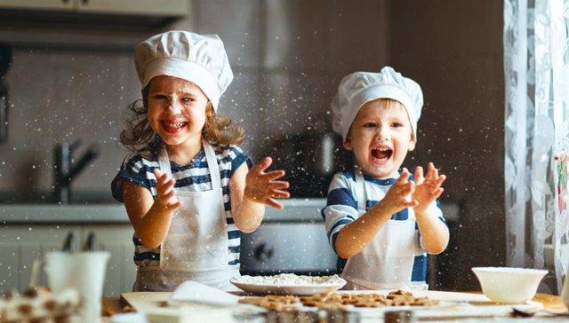 Cocinar con los niños es una actividad que divierte y además les enseña importantes valores.