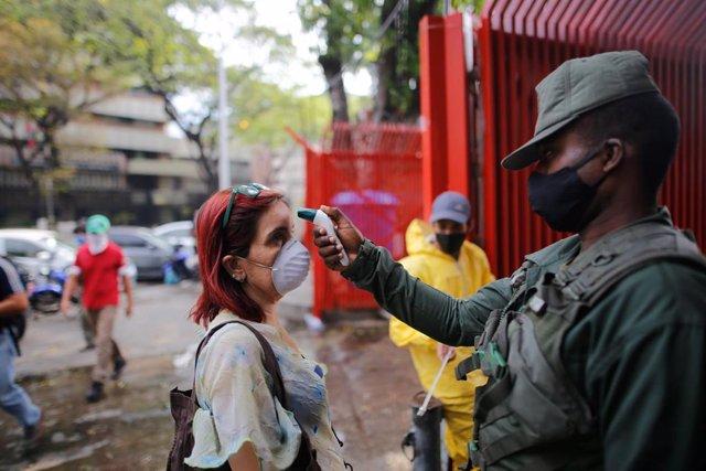 Control de temperatura por el coronavirus en Caracas, Venezuela