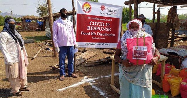 Dos mujeres y un hombre en la India durante la pandemia del COVID, reciben ayuda de Cáritas