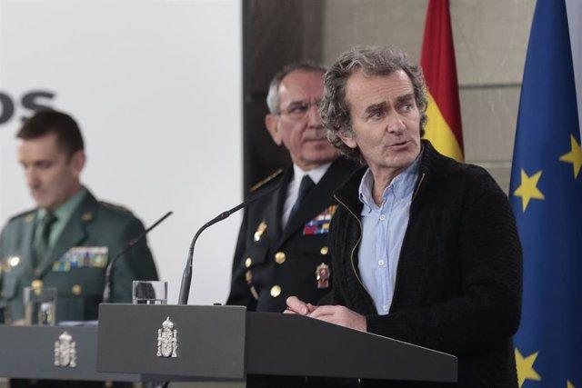 (I-D) El jefe del Estado Mayor de la Guardia Civil, José Manuel Santiago Marín; el DAO de la Policía, José Ángel González; y el director del Centro de Coordinación de Alertas y Emergencias Sanitarias del Ministerio de Sanidad, Fernando Simón