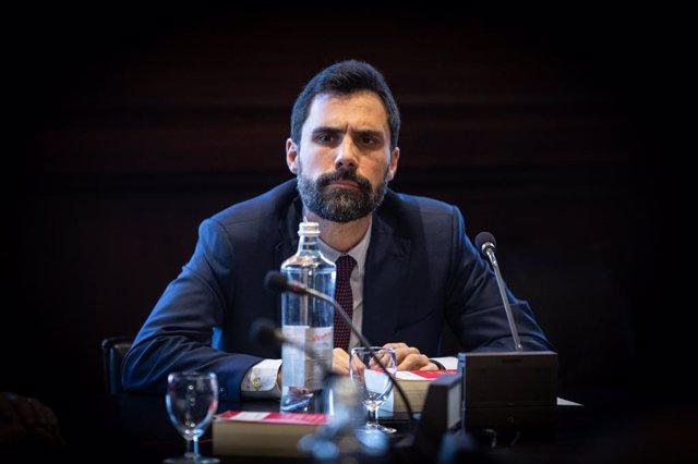 El president del Parlament català, Roger Torrent, durant la reunió de l'Mesa  del Parlament a Barcelona per tractar la crisi del coronavirus.