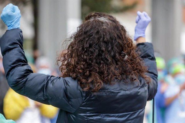 Una sanitaria protegida con guantes en el Hospital Severo Ochoa de Leganés durante el homenaje al enfermero de quirófano de 57 años fallecido por Covid-19. En Leganés/Madrid (España) a 13 de abril de 2020.
