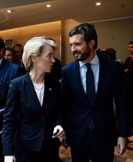 El presidente del PP, Pablo Casado, con la presidenta electa de la Comisión Europea, Ursula Von Der Layen.