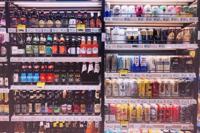 Bebidas con alcohol en una tienda.