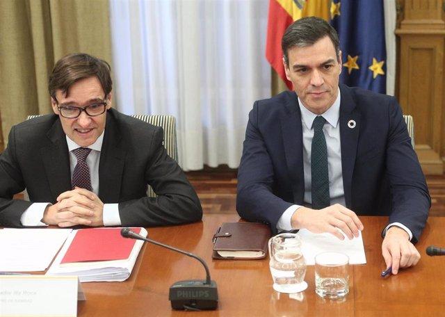 El ministro de Sanidad, Salvador Illa (i), y el presidente del Gobierno, Pedro Sánchez (d), durante la reunión sobre el seguimiento del coronavirus en España, en la Sede del Ministerio de Sanidad, Madrid (España), a 9 de marzo de 2020.