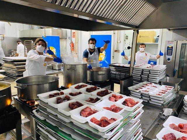 Se trata de una colaboración con el Banco de Alimentos de Sevilla en la que se trabaja con la ONG World Central Kitchen (WCK) del cocinero español José Andrés, y son cocineros profesionales los que preparan los menús.