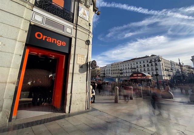 Exterior de la tienda de la compañía telefónica Orange, en la Calle del Carmen de Madrid (España).