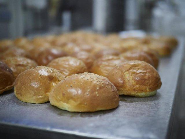 Pan recién hecho en el obrador panadería 'Panadero de Eugui' durante en el día 32 del estado de alarma, uno de los establecimientos que puede permanecer abierto por despachar alimentos en Huarte / Navarra (España), a 15 de abril de 2020.
