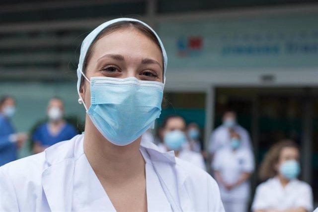 Una sanitaria posa para la foto durante el homenaje a los Sanitarios del Hospital Fundación Jiménez Díaz durante la pandemia de Covid-19 en Abril 21, 2020 in Madrid, España