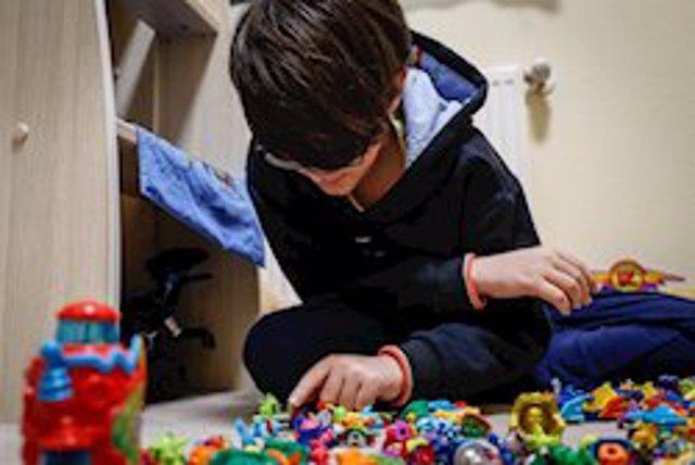 Imagen de un niño que juega en casa ante el confinamiento por coronavirus.