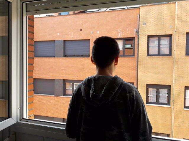 Niño en casa confinado por el COVID-19.