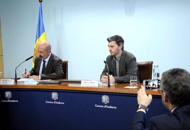 El ministre Portaveu d'Andorra, Eric Jover, fotografia amb el mòbil al ministre de Salut, Joan Martínez Benazet, i al director d'Actua Innovació, Marc Pons, en roda de premsa sobre el coronavirus el 23/4/2020