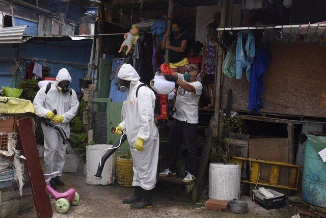 Labores de desinfección en la favela de Santa Marta, en el barrio de Botafogo, Río de Janeiro.
