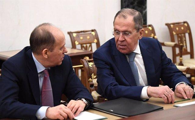 El ministro de Exteriores de Rusia, Sergei Lavrov, conversa con el director del FSB en una reunión del Consejo de Seguridad ruso