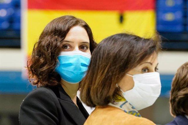 La presidenta de la Comunidad de Madrid, Isabel Díaz Ayuso, al lado de la ministra de Defensa, Margarita Robles, en el evento de clausura de la morgue improvisada en el Palacio de Hielo por la crisis del Covid-19, que fue abierta el mes de marzo para desc