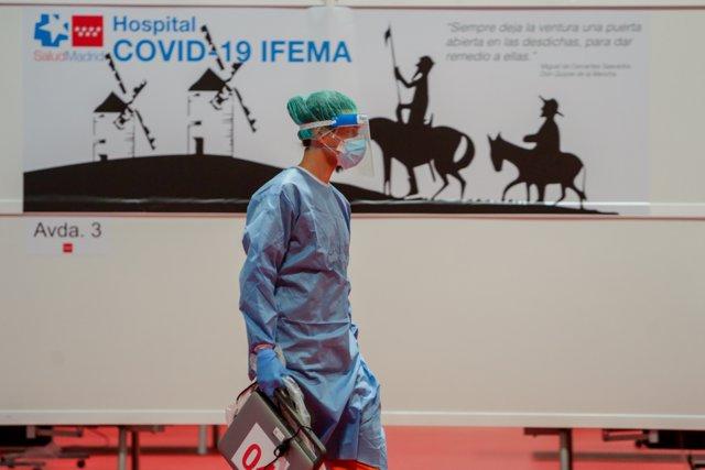 Un sanitario prepara la lectura de pasajes de 'El Quijote' que sanitarios y pacientes del Hospital temporal de IFEMA para enfermos con Covid-19 van a leer en conmemoración por el Día del Libro, en Madrid (España) a 23 de abril de 2020.