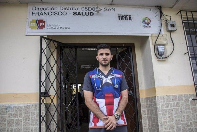 Médico venezolano en una clínica de Ecuador