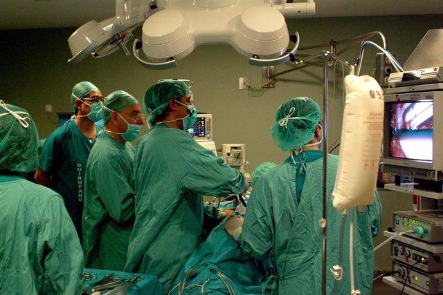 Imagen de archivo de un trasplante renal en un quirófano del Hospital Virgen del Rocío.