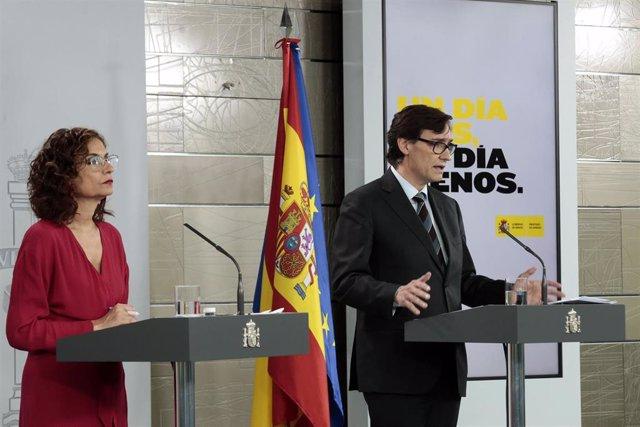 El ministro de Sanidad, Salvador Illa, y la portavoz del Gobierno, María Jesús Montero, durante la rueda de prensa por videoconferencia para abordar la evolución del coronavirus en España. En Madrid, (España), a 17 de abril de 2020.