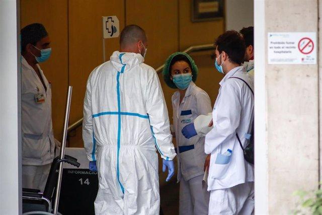 Varios sanitarios del Servicio de Urgencias antes del homenaje a los Sanitarios del Hospital Fundación Jiménez Díaz durante la pandemia de Covid-19 en Abril 21, 2020 in Madrid, España