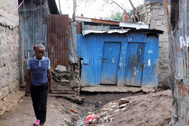 Un joven pasea por un slum