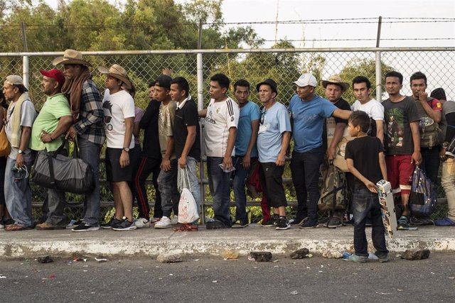 Migrantes centroamericanos esperan para registrarse ante las autoridades de México en la frontera de Guatemala