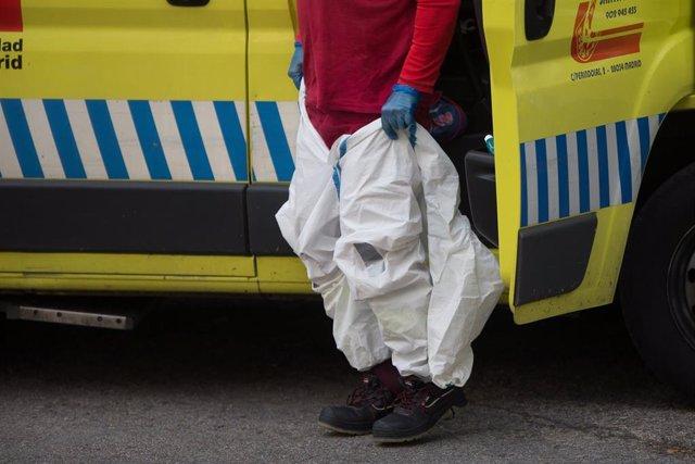 Un miembro de ambulancias se coloca el traje EPI antes del homenaje a los Sanitarios en el Hospital Fundación Jimenez Diaz durante la pandemia de Covid-19 en Abril 20, 2020 in Madrid, España
