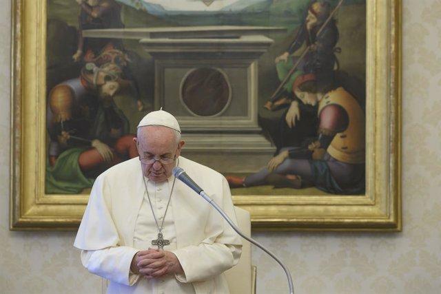 """El Papa invita a rezar el rosario en casa: """"La pandemia nos ha descubierto la di"""
