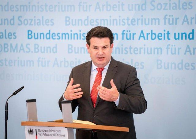 Fútbol.- El ministro alemán de Trabajo se opone a jugar la Bundesliga con mascar