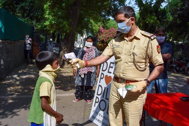 Control de temperatura por el coronavirus en Nueav Delhi