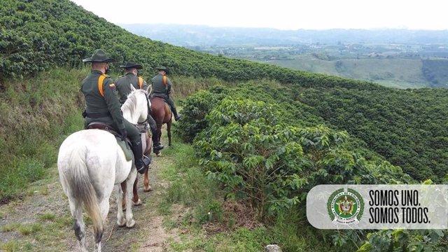 Policías en una zona rural de Colombia