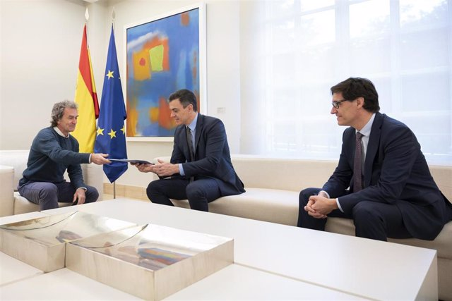 """Illa entrega a Sánchez un informe sobre la """"estrategia de transición"""" antes de la reunión con las CCAA, en Madrid (España) a 26 de abril de 2020."""