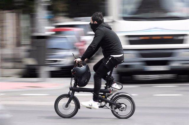 Un hombre se desplaza en bicicleta por el centro de la capital durante el día 41 del estado de alarma por la crisis sanitaria del Covid-19. En Madrid, (España), a 24 de abril de 2020.