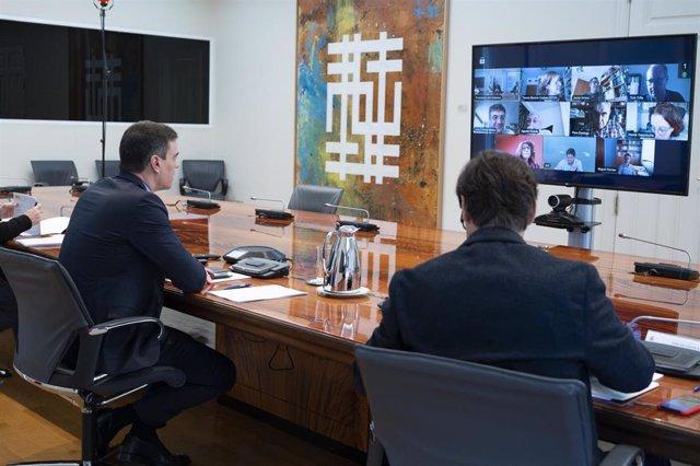 (D-I) El ministro de Sanidad, Salvador Illa; y el presidente del Gobierno, Pedro Sánchez; se reúnen con el Comité Científico del Covid-19.