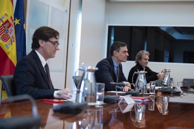 El ministro de Sanidad, Salvador Illa; el presidente del Gobierno, Pedro Sánchez; y el director del Centro de Coordinación de Alertas y Emergencias Sanitarias del Ministerio de Sanidad, Fernando Simón; se reúnen con el Comité Científico del Covid-19.