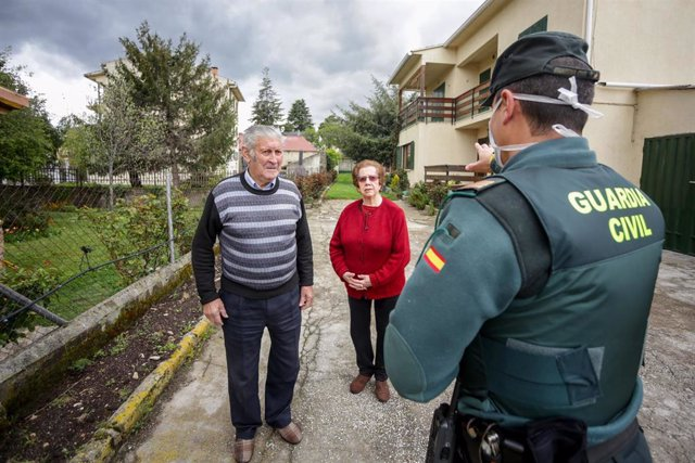 Agentes de la Guardia Civil visitan a varios ancianos para controlar que todo funciona correctamente. En Rascafría, Madrid, (España), a 17 de abril de 2020.