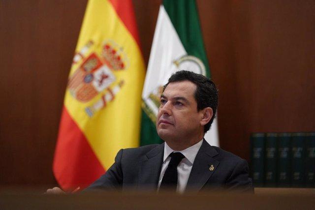 El presidente de la Junta de Andalucía, Juanma Moreno, participa por videoconferencia en la reunión del presidente del Gobierno, Pedro Sánchez, con los presidentes autonómicos para abordar la crisis del coronavirus