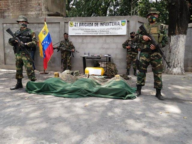 Militares venezolanos con cuerpos de paramilitares de 'Los Rastrojos' abatidos